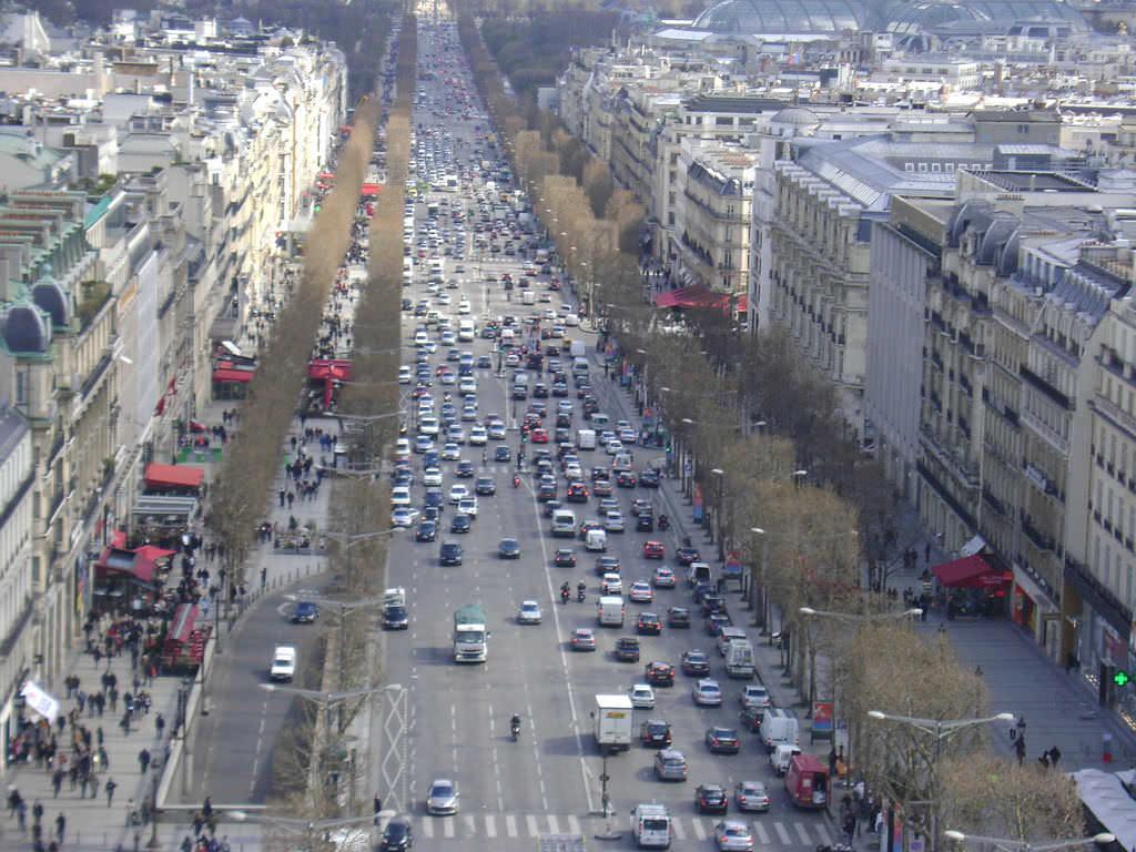 Very bussy Paris street-flickr-Paul Beattie